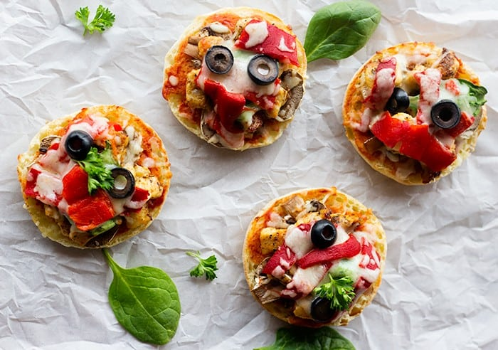 A delicious English muffin pizza made with barbecue chicken and roasted pepper. These easy English muffin pizzas are perfect for dinner or an afternoon snack.