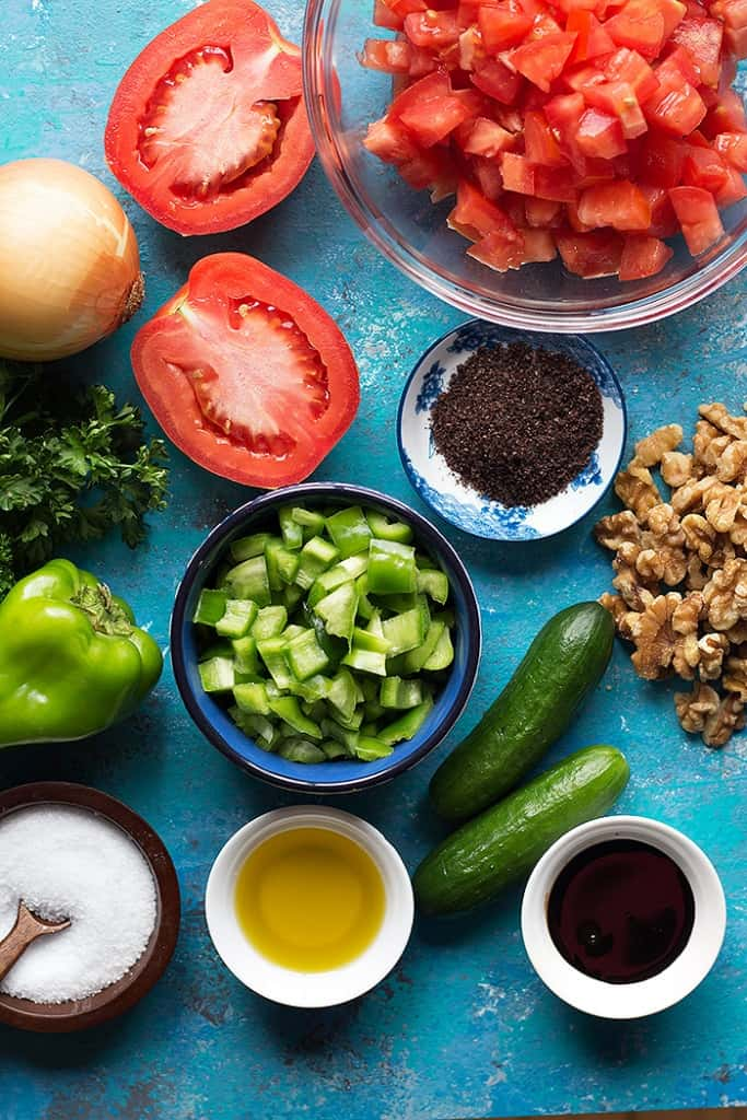 This image shows the ingredients used to make gavurdagi. You need tomatoes, pepper, cucumbers, walnuts, salt and sumac