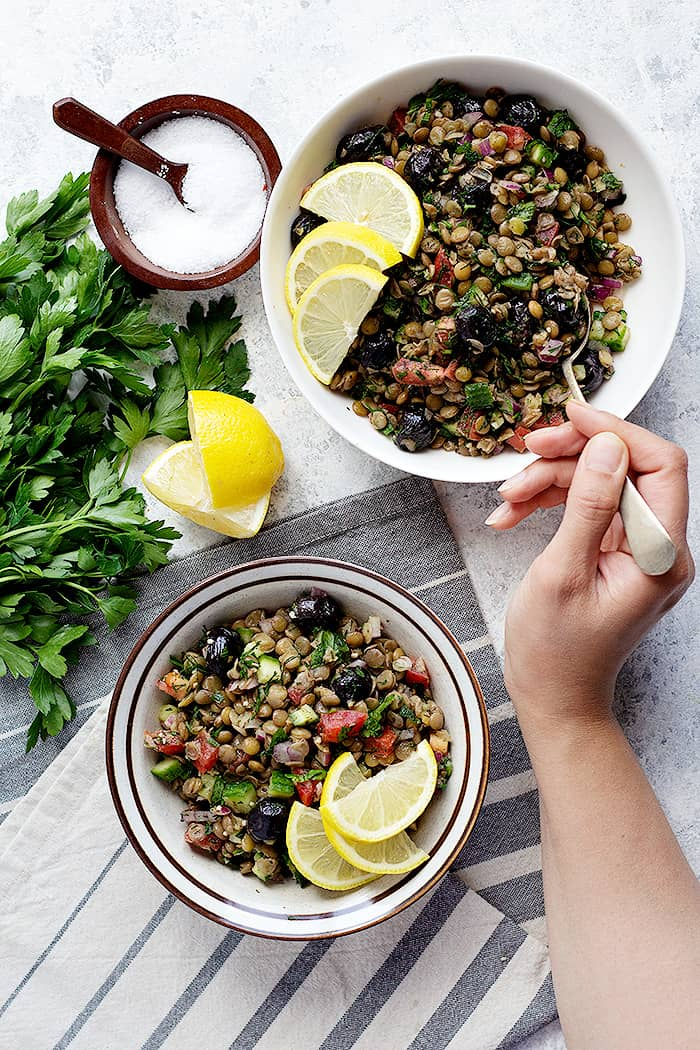 This Mediterranean lentil salad is a healthy salad that's very easy to make. Loaded with delicious vegetables, this vegetarian salad is perfect for lunch.