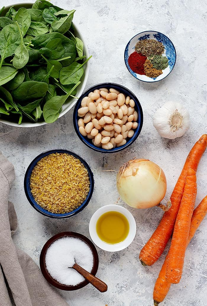 To make this soup you need onion, garlic, carrots, bulgur, spinach, olive oil and spices.