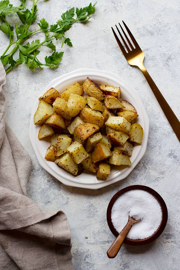 This oven roasted potatoes recipe is easy and makes the perfect side dish. Flavored with garlic and roasted to perfection, these potatoes are irresistible. These potatoes are crispy on the inside and tender on the inside, and are the perfect addition to your dinner table.