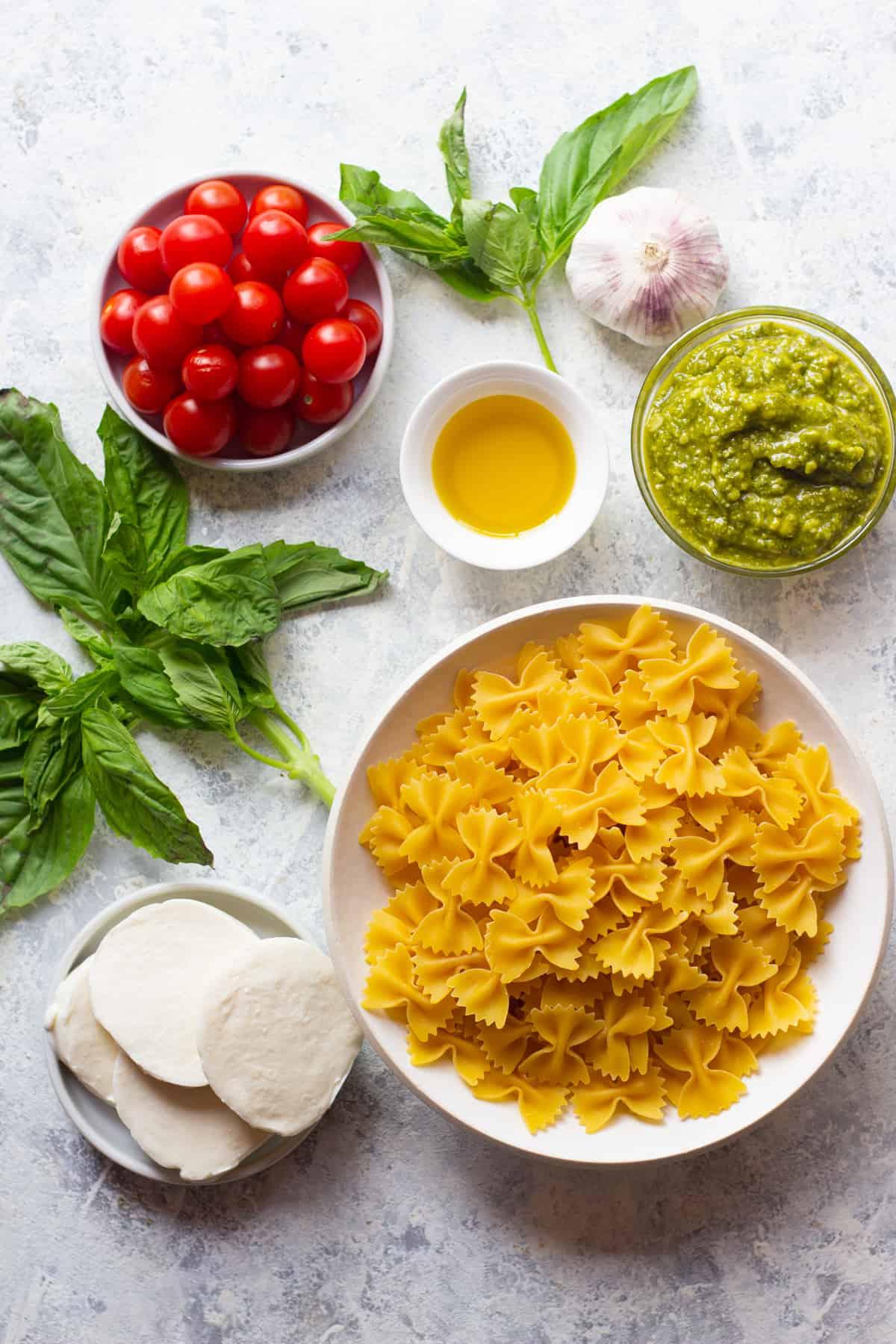 To make this recipe you need pasta, mozzarella, basil, tomatoes, pesto and olive oil.